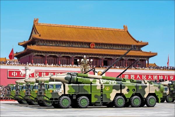中國人民解放軍在二○一五年二次世界大戰結束七十週年的閱兵儀式中,展示東風-21D型中程反艦彈道飛彈。(美聯社檔案照)