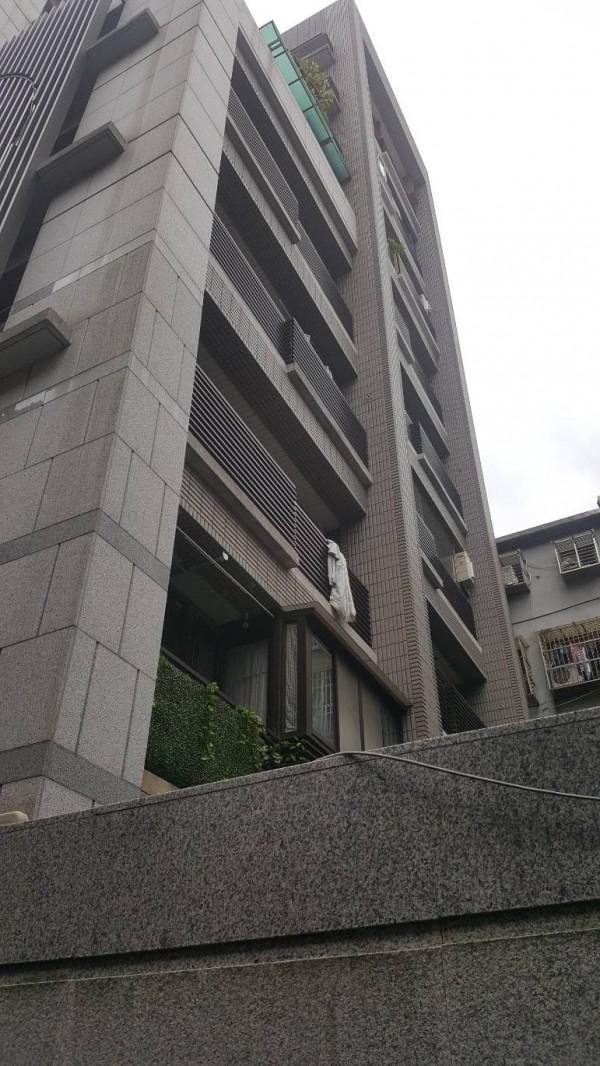 警方登門查案,涉嫌人企圖攀降卻墜樓。(記者劉慶侯翻攝)