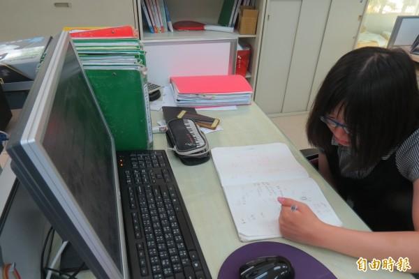 家家因手部活動力限制,筆試時曾跟翻譯文件奮戰3小時。(記者蘇孟娟攝)