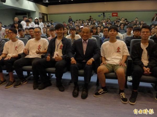 民進黨新北市長候選人蘇貞昌(右三)到淡江大學擔任講座講者。(記者李雅雯攝)