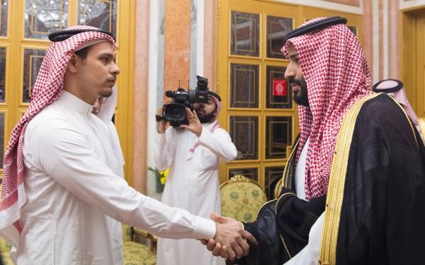 哈紹吉之子(左)與沙國王儲穆罕默德(右)會面。(歐新社)