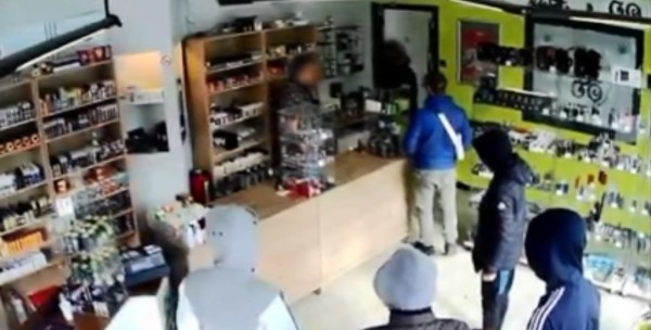 比利時有群「老實人」搶匪,聽老闆的話回來再拿錢,結果被店長叫來便衣警察逮個正著。(圖擷取自YouTube)