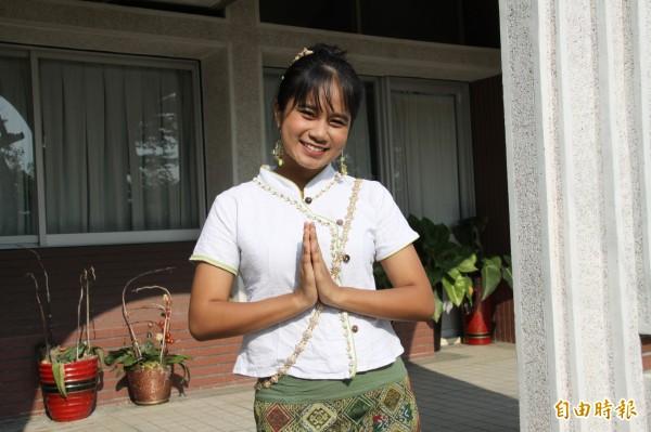 泰國籍學生王勵香穿著泰國傳統服飾,笑容甜美。(記者楊金城攝)