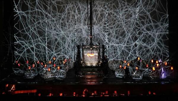 拉夫拉前衛劇團結合藝術投影、9米高起重機及水族箱等巨型機械裝置,賦予經典神劇《創世紀》嶄新面貌。(衛武營提供)