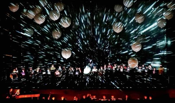劇場巨擘拉夫拉前衛劇團結合藝術投影、36顆大氣球等,賦予經典神劇《創世紀》嶄新面貌。(衛武營提供)