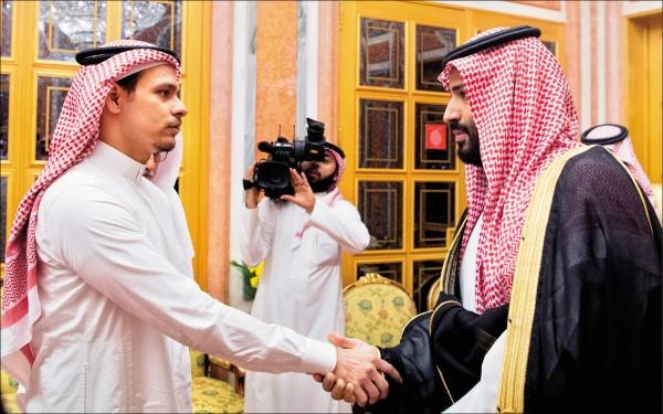 美國總統川普二十三日強硬批評沙烏地阿拉伯當局殺害華盛頓郵報記者哈紹吉,首度指稱王儲穆罕默德(右)可能涉案。沙國外交部則透過「推特」公布一系列國王沙爾曼、王儲穆罕默德在利雅德王宮接見哈紹吉之子薩拉赫(Salah bin Jamal Khashoggi)的照片,顯示薩拉赫與穆罕默德握手時面無表情。不少網友批評薩拉赫被迫配合作秀,被迫和涉嫌殺害他父親的凶手握手,「他的表情勝過千言萬語」。(歐新社)