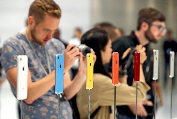 iPhone XR系列今在台正式開賣。(法新社)