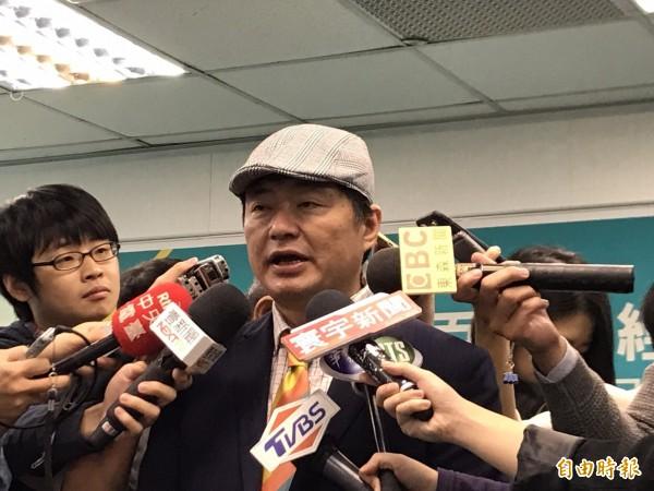 洪耀福今天出席民進黨中央舉辦的「拚經濟助選團成軍記者會」,會後接受媒體訪問,談到各縣市選情。(記者蘇芳禾攝)
