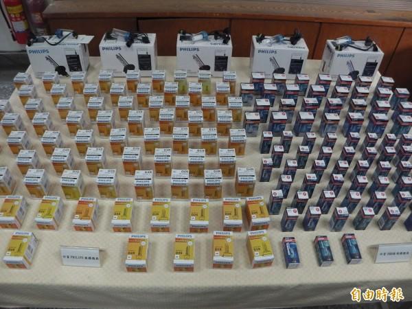 警方查扣200多顆仿冒PHILIPS、OSRAM商標車用燈泡。(記者許國楨攝)