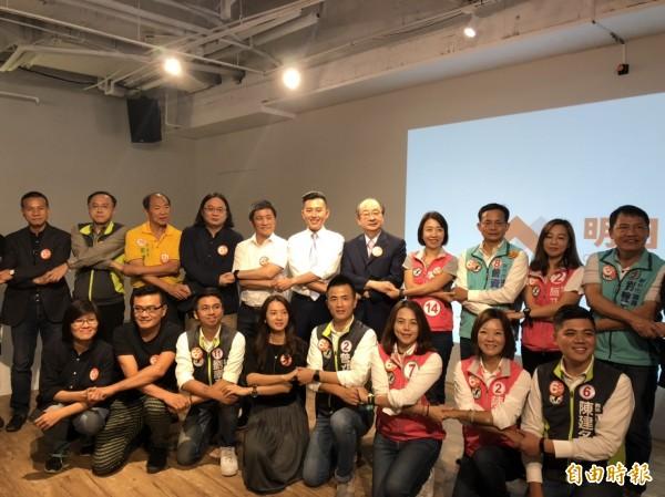 民進黨新竹市長候選人林智堅(後排右六)力拼連任,今天舉行首場政策發表記者會。(記者王駿杰攝)