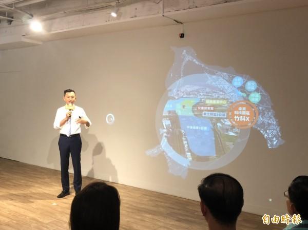 林智堅力拼連任,今天舉行首場政策發表記者會,化身「城市CEO」,透過「互動投影牆」「觸控」動畫,發表五大城市願景。(記者王駿杰攝)