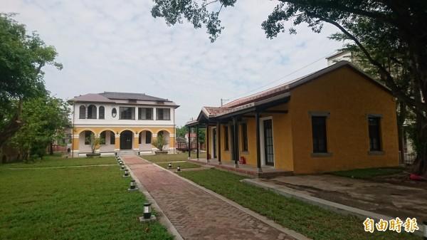 柳營劉家洋樓(後)和劉啟祥畫室(右)修復,還有庭園景觀。(記者楊金城攝)