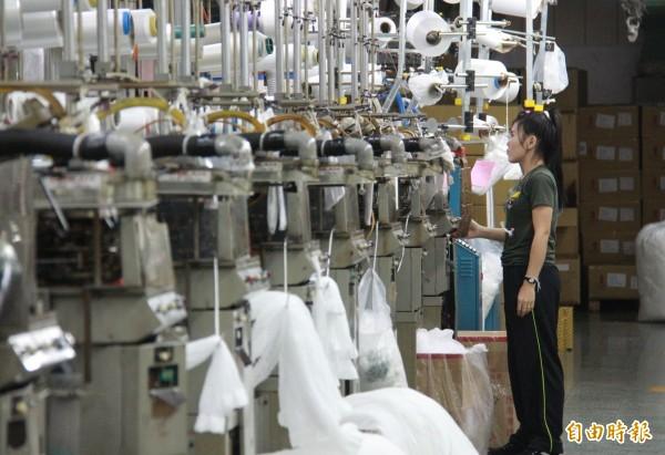 織襪產業生產自動化工廠通常只需少數人力操作即可。(記者陳冠備攝)