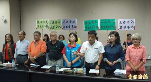 屏東縣議員王志豐(右三)與其他判刑確定即將入獄的議會同事表達對司法的不滿,認為有政治力介入。(記者李立法攝)