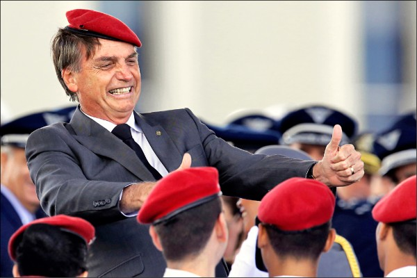巴西極右派社會自由黨總統候選人波索納羅在首都巴西利亞參加「軍人節」活動的檔案照。 (美聯社)