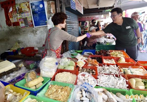 民進黨台北市長候選人姚文智26日前往吳興街商圈掃街,向攤商、民眾拜票尋求支持。(記者簡榮豐攝)
