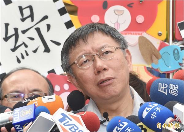 公共電視昨宣布,台北市五位市長候選人都已親筆簽署台北市長選舉電視辯論同意書。圖為台北市長柯文哲昨日前往古亭國小,出席校園共融式遊戲場體驗記者會,會後接受媒體聯訪。(記者廖振輝攝)