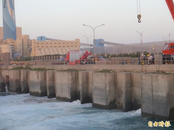 台電台中火力發電廠2號機組排水口位於龍井區麗水里的出海口,發生工安意外。(記者張軒哲攝)