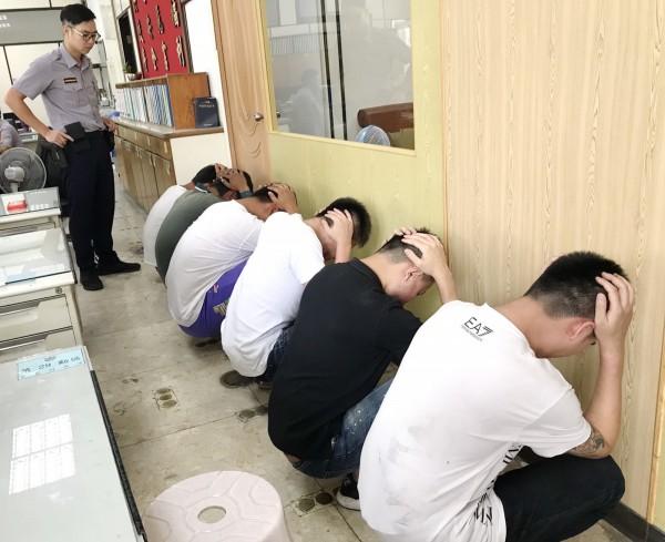6名嫌犯被帶回偵訊,全部移送法辦。(記者吳俊鋒翻攝)