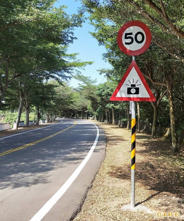 139線21公里處固定式測照桿已通電啟用,警方呼籲用路人遵守行車速限。(記者湯世名攝)