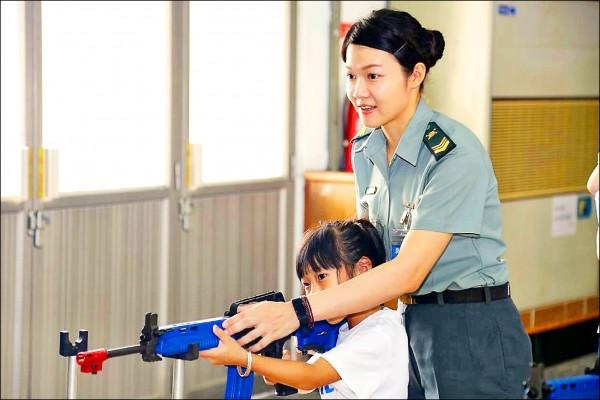 軍備局第205廠為促進官兵家屬與部隊的良性互動,今天舉辦懇親會,小朋友對於槍枝射擊非常有興趣。(軍備局第205廠提供)