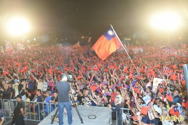 國民黨高雄市長候選人韓國瑜26日晚間發動「三山登陸戰」的地面作戰,鳳山場1萬2千張板凳全部坐滿,主辦單位則宣稱湧入3萬人。(資料照)