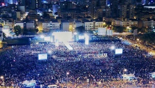 陳其邁14日晚間在鳳山的造勢晚會湧入超過3萬名支持者到場相挺,展現大爆滿的人氣與氣勢。(圖擷取自陳致中臉書)