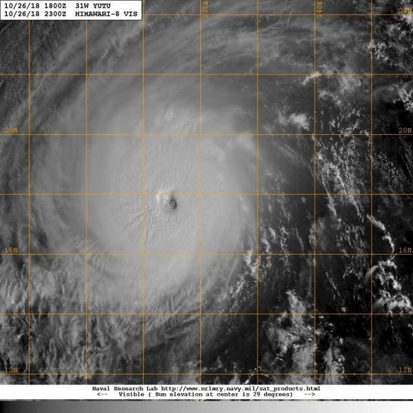 鄭明典上午在臉書貼文,表示從可見光雲圖來看,「玉兔」的颱風眼變清晰,是很典型的強烈颱風特徵。(圖擷取自鄭明典臉書)
