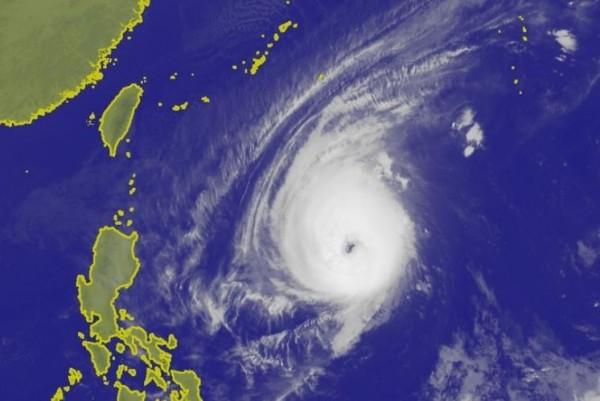 中央氣象局表示,玉兔下週三以強颱或中颱上限之姿靠近台灣,屆時若產生共伴效應,北部、東北部將出現局部大雨。(圖擷取自中央氣象局)