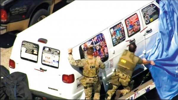 五十六歲嫌犯薩尤科廿六日一早在佛州被聯邦調查局逮捕。他的白色廂型車上,張貼各式各樣政治性圖片和文字(美聯社)