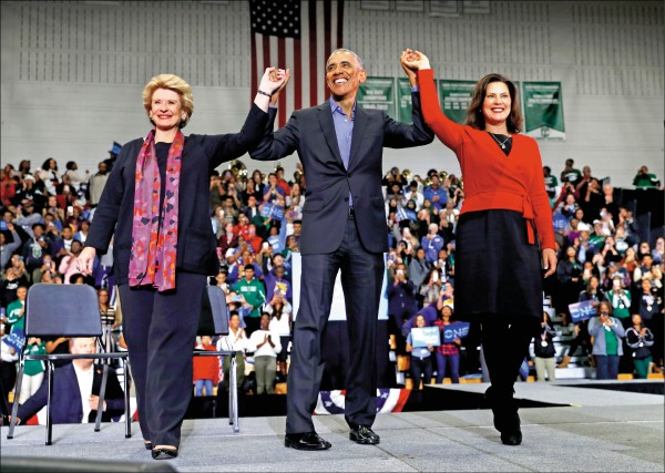 美國前總統歐巴馬廿六日在為民主黨候選人造勢時,痛批川普及共和黨人在醫療保險改革、國家安全與赤字等諸多議題上「胡扯」。(美聯社)