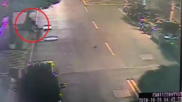 鄭、張2人打成一團,被路口監視器拍下。(記者徐聖倫翻攝)