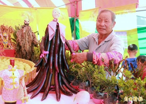農會產銷班班長楊坤森發會對蔬菜認知的特性,製成神尊像。(記者陳冠備攝)