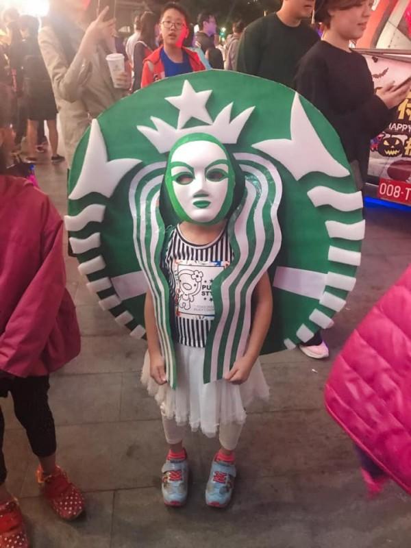 有家長為了讓小孩免費入場兒童新樂園,直接把小孩變裝成「星巴克」logo,讓網友直呼超有創意。(圖擷取自爆廢公社)