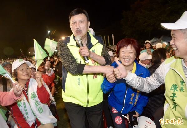 民進黨新北市黨部主委余天(中)今晚抱病為市長候選人蘇貞昌助選,一出場就受到熱烈歡迎。(記者黃耀徵攝)