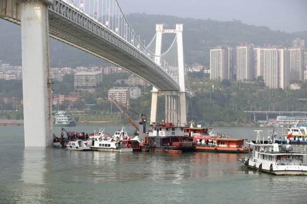 中國重慶市萬州區今(28)日上午有輛公車與轎車對撞後墜落長江。(路透)