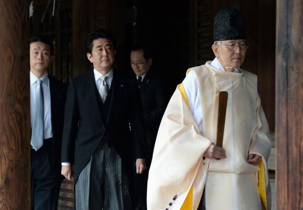日本首相安倍晉三在2013年12月參拜靖國神社,當時不只引起國際糾紛,日本國內也引起民眾不滿,認為安倍的行為違憲也違反了政教分離原則。圖為安倍晉三當年參拜靖國神社的畫面。(法新社)