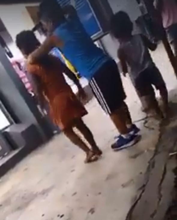 墨西哥小學生玩起模仿綁架與斬首的遊戲。(圖擷自Subrayado.mx臉書)