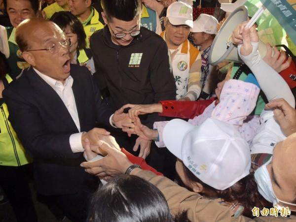 民進黨新北市長候選人蘇貞昌28日舉辦「會做事連線」造勢大會,入場時支持者爭相握手,擋不住的熱情讓他有些吃驚。(記者黃耀徵攝)