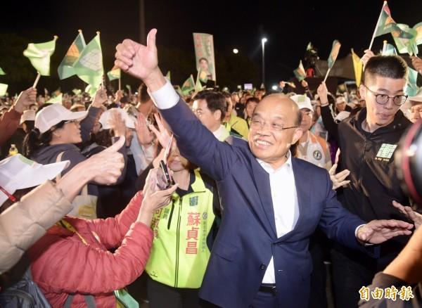 民進黨新北市長候選人蘇貞昌28日在新莊舉辦「會做事連線」造勢大會,入場時受到支持者熱烈歡迎。(記者黃耀徵攝)