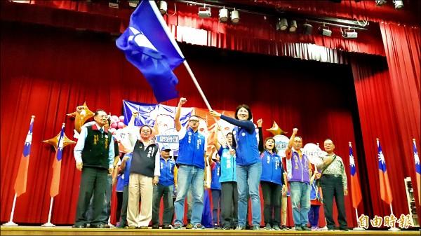 國民黨台東縣長候選人饒慶鈴昨天在榮民節慶祝大會揮黨旗。 (記者黃明堂攝)