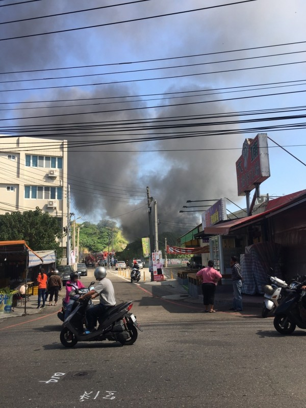 資源回收廠發生大火,廠區冒出大量濃煙直衝雲霄。(民眾提供)