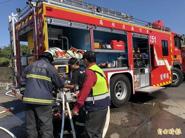 消防人員出動最新設備化學泡沫車,火速撲滅火苗。(記者張聰秋攝)