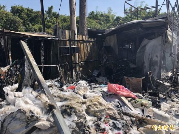 資源回收廠傳出火警,消防局用泡沫車噴灑泡沫救火成功。(記者張聰秋攝)