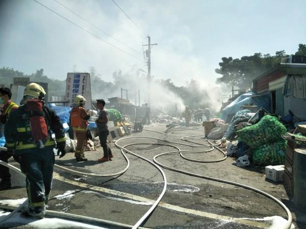 消防人員在火場四周佈署管線噴灑泡沫撲火。(民眾提供)