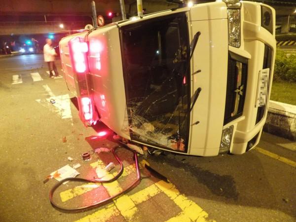 救護車遭強力撞擊,車身側翻,擋風玻璃碎裂,病患、駕駛及護理師都受傷。(記者陳冠備翻攝)