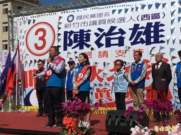 國民黨新竹市議員候選人陳治雄今天成立競選總部,台上一席「禮讓」的話,讓站在一旁的市長候選人許明財十分尷尬。(記者洪美秀攝)