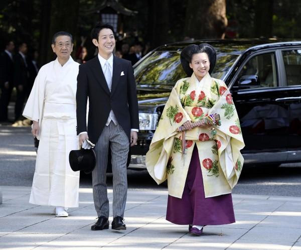 婚禮在東京澀谷區的明治神宮舉行,今日上午11時30分許依日本神道儀式進行;絢子以平安時代貴族女性裝扮現身。守谷則身穿男士晨禮服,(路透)
