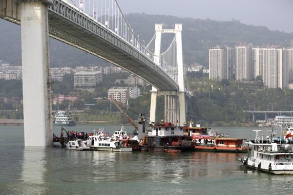 中國當局表示,重慶已確定墜落長江的公車位於大橋上游約28公尺、水深約71公尺處,打撈主要難度是水域複雜、江水較深。(美聯社)