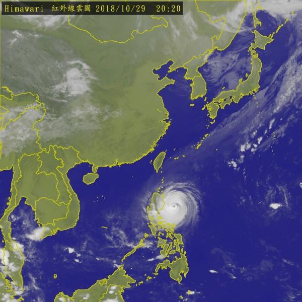 今晚8點玉兔颱風中心位置位於北緯 16.70 度、東經 124.20 度,持續朝西接近呂宋島。(圖擷取自中央氣象局)